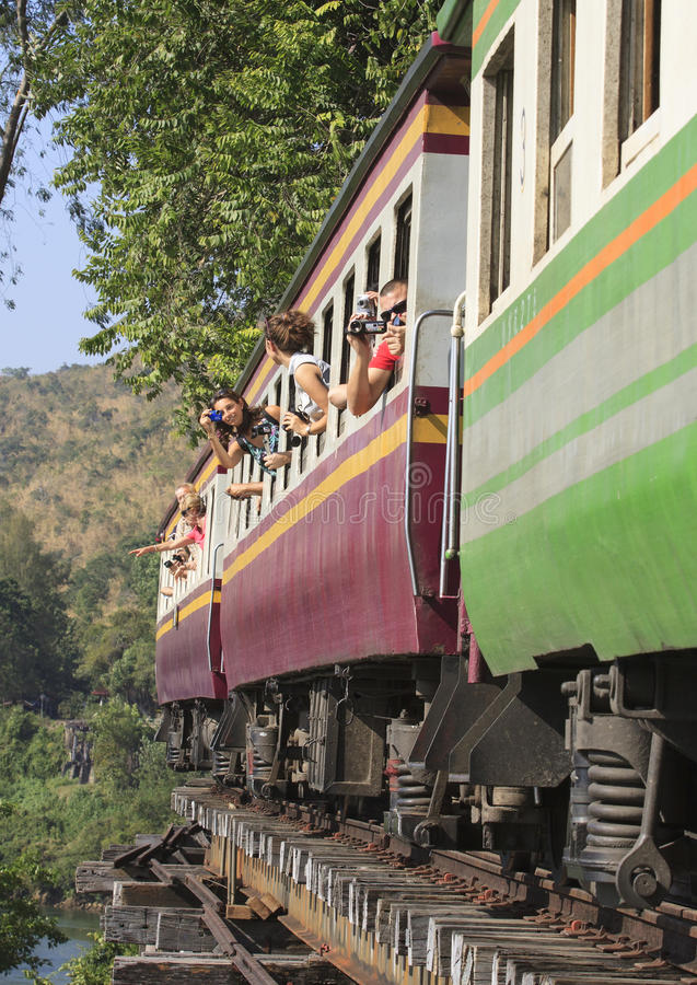 KANCHANABURI ТАИЛАНД 20-ОЕ ДЕКАБРЯ: туристский примите whe фото стоковые фото