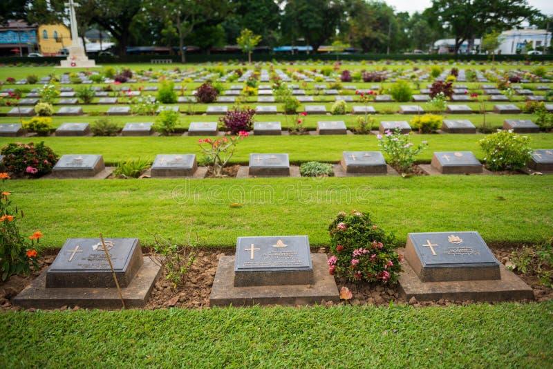 Kanchanaburi, Таиланд - 7-ое ноября 2015: Памятники Дон Rak кладбища войны исторические объединенных пленников Второй Мировой Вой стоковое фото