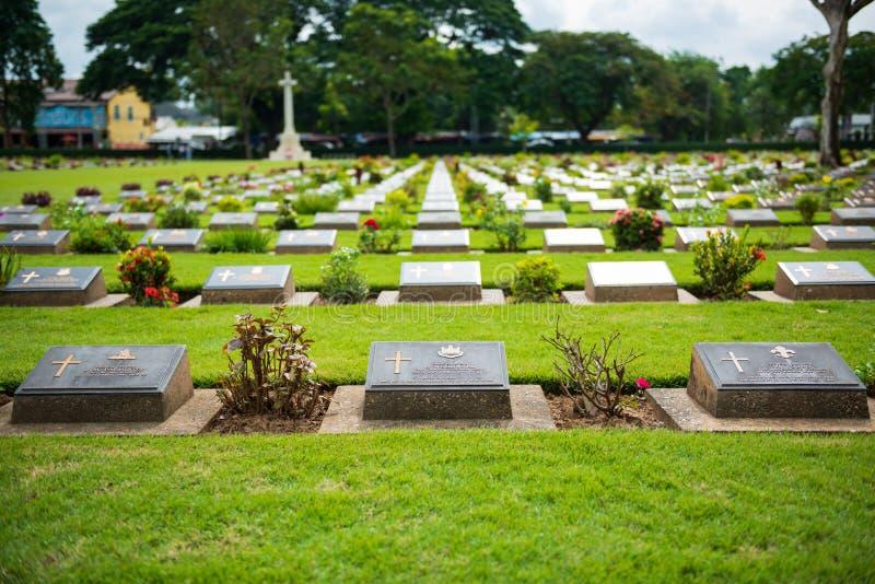 Kanchanaburi, Таиланд - 7-ое ноября 2015: Памятники Дон Rak кладбища войны исторические объединенных пленников Второй Мировой Вой стоковые фотографии rf
