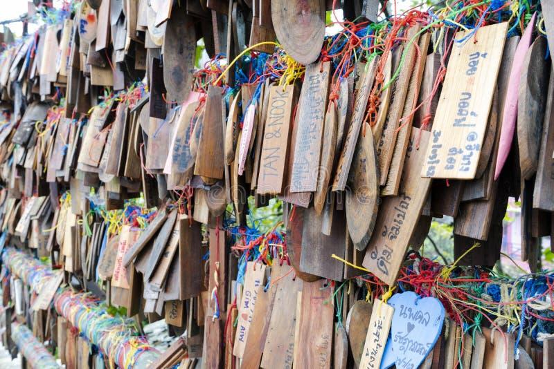 Kanchanaburi, Tailândia - 16 de setembro de 2019: Cartões de madeira que penduram na ponte na vila de Etong, Kanchanaburi fotos de stock