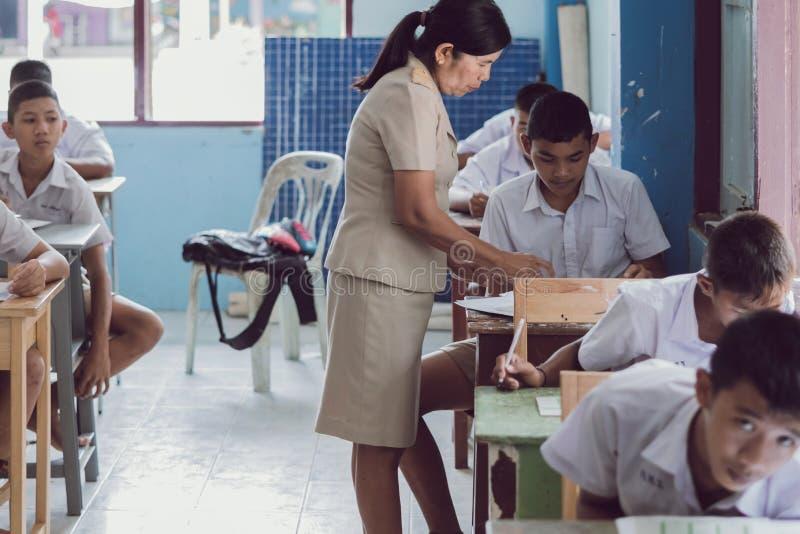 KANCHANABURI TAILÂNDIA - 16 DE JULHO: Bom giv não identificado do professor foto de stock