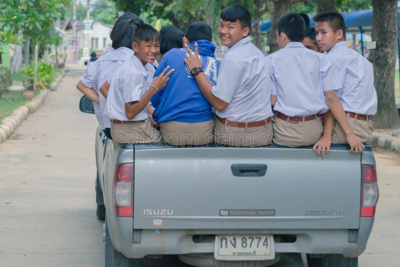 KANCHANABURI TAILÂNDIA - 26 DE JULHO: Os estudantes sentam-se na parte de trás de imagem de stock royalty free