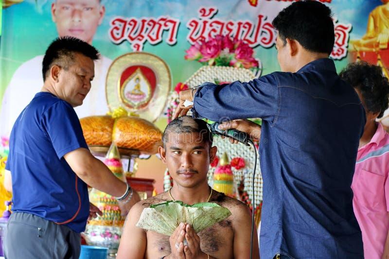 KANCHANABURI, TAILÂNDIA - 25 DE JUNHO: O homem novo cortava seu cabelo para a classificação o 25 de junho de 2017 em Kanchanaburi imagem de stock