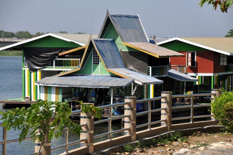 KANCHANABURI, TAILANDIA: Casa galleggiante di Kwai del fiume fotografia stock