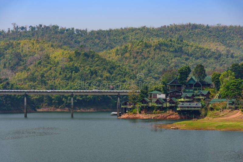 Kanchanaburi, Tailandia - 19 de febrero de 2018: Puente grande hecho de fotografía de archivo