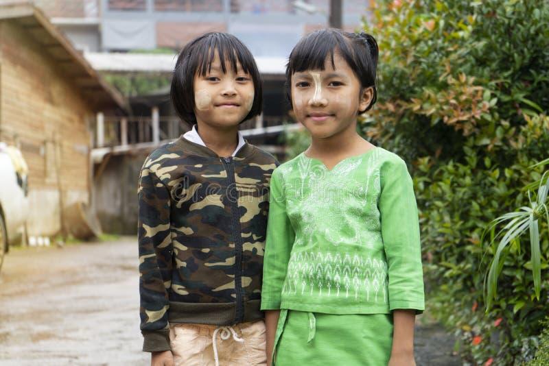 Kanchanaburi, Tailandia - 16 de septiembre de 2019: Niños no identificados de lunes del nombre en el pueblo de Etong, Kanchanabur imagen de archivo