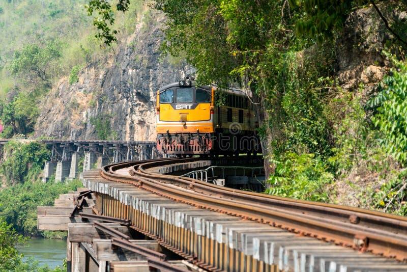 KANCHANABURI, TAILANDIA - FEBRERO DE 2018: entrene al funcionamiento en el ferrocarril de la muerte en Kanchanaburi, Tailandia foto de archivo