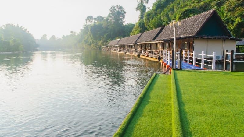 Kanchanaburi, Tailandia - noviembre 14,2015: Opinión del río en el cielo fotografía de archivo