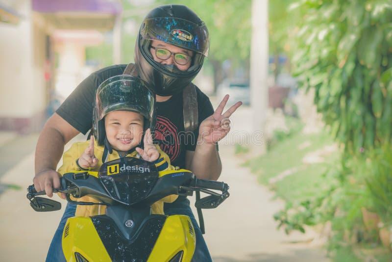 KANCHANABURI TAILANDIA - 10 OTTOBRE: Papà di Unidentiffied e la sua s fotografia stock libera da diritti