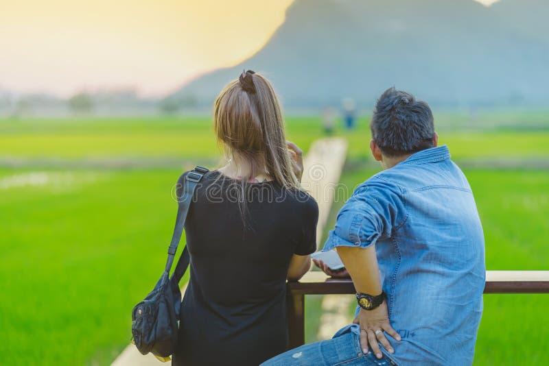 KANCHANABURI TAJLANDIA, Kwiecień - 10: Niezidentyfikowana para siedzi dla odpoczywać czas brać fotografie zmierzch na Kwietniu i  obrazy stock