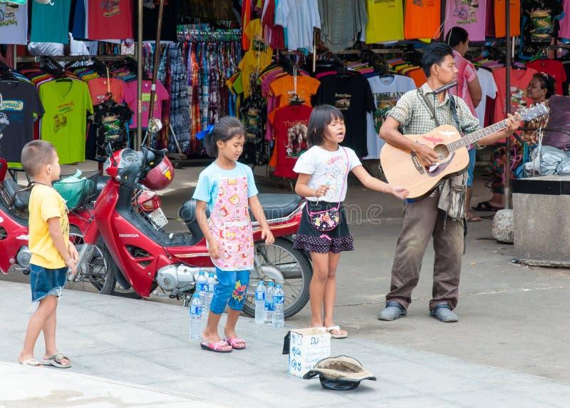 Kanchanaburi Tajlandia, Maj, - 23, 2014: Niezidentyfikowani dzieci śpiewają uzyskiwać pieniądze na Maju 23 i dorosła sztuki gitar zdjęcia royalty free
