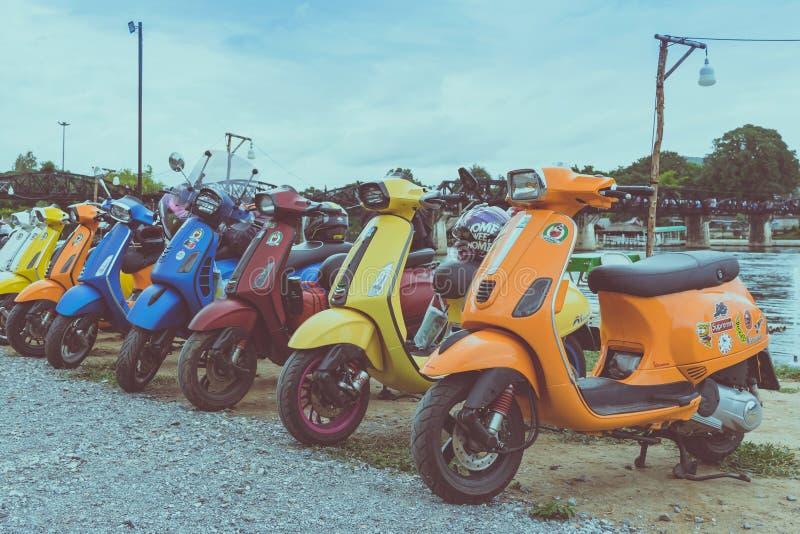 KANCHANABURI TAJLANDIA, Sierpień, - 4, 2019: Vespa gang parkował w linii dla spotykać i gethering po objeżdżać wpólnie przy fotografia stock