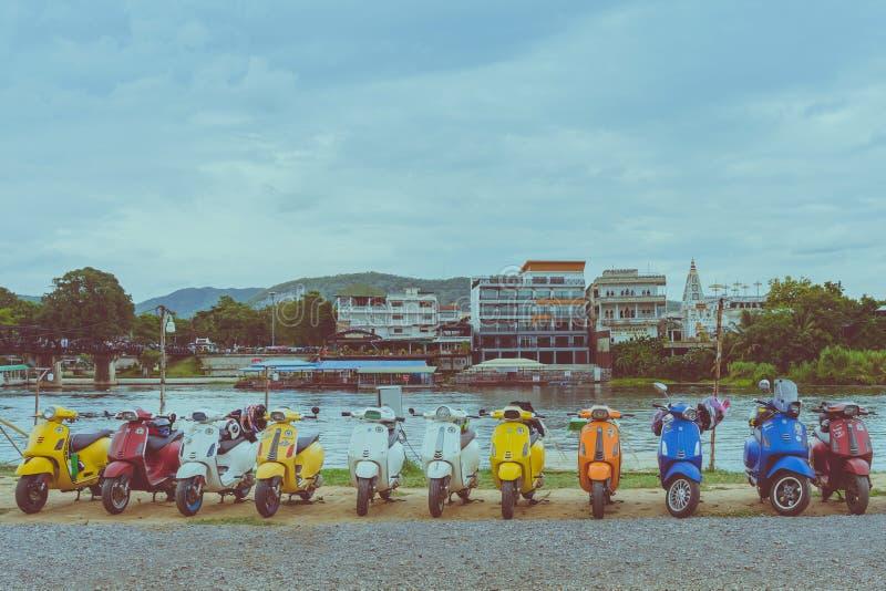 KANCHANABURI TAJLANDIA, Sierpień, - 4, 2019: Vespa gang parkował w linii dla spotykać i gethering po objeżdżać wpólnie przy zdjęcie royalty free
