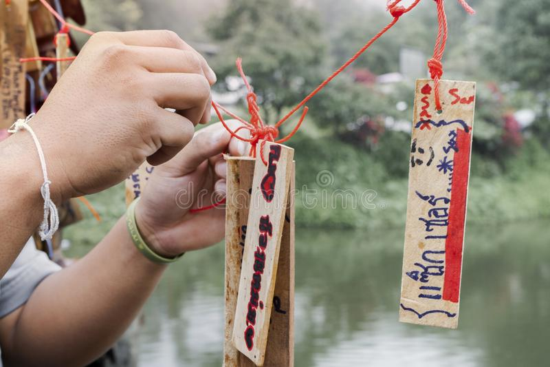Kanchanaburi Tajlandia, Wrzesień, - 16, 2019: Niezidentyfikowanego imię belay drewniane kartki z pozdrowieniami wiesza na moście fotografia royalty free