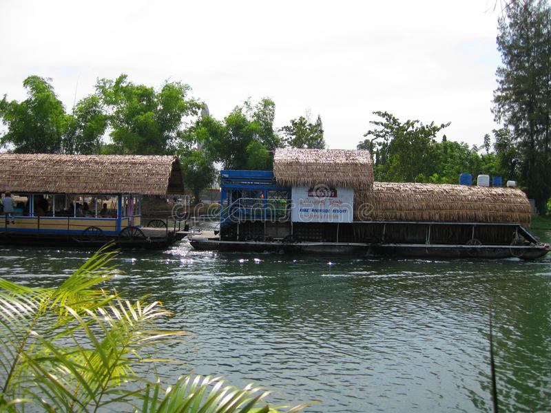 KANCHANABURI, THAILAND - 26. April 2017 das Hausboot und das sich hin- und herbewegende Restaurant an Sai Yok Yai-Wasserfall Kanc stockbilder