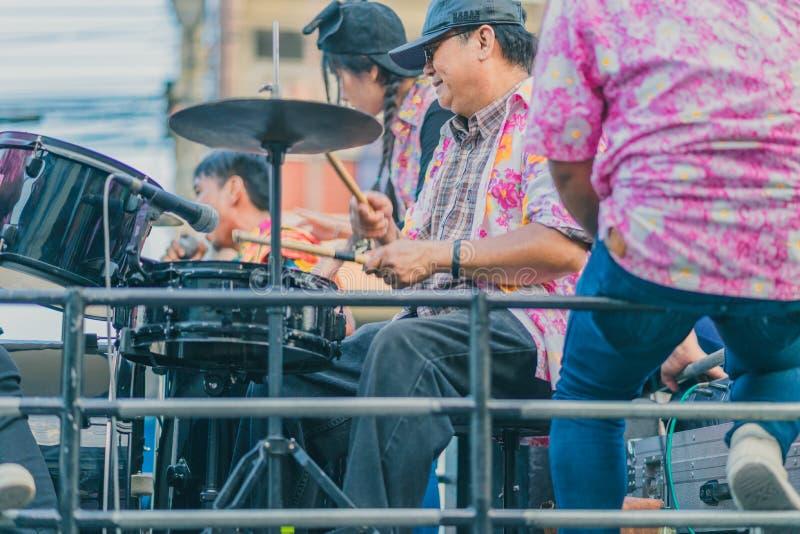 KANCHANABURI THAILAND - APRIL 13: De dorpsbewoners vieren Songk royalty-vrije stock afbeeldingen