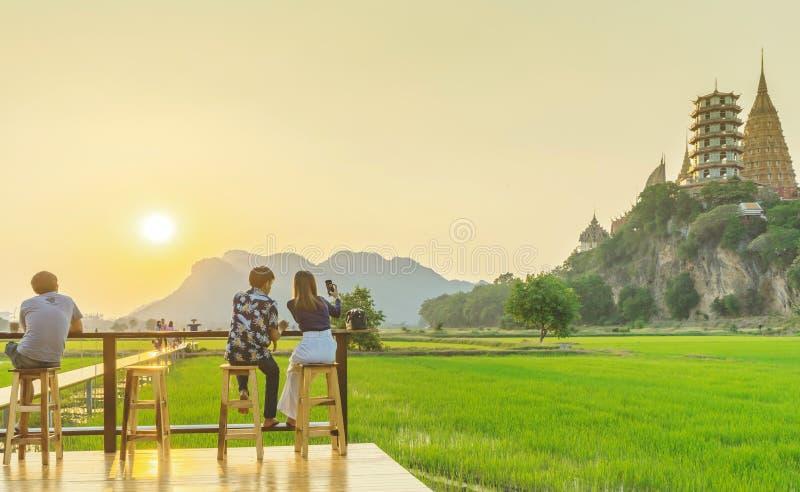 KANCHANABURI THAILAND - April 10: Het niet geïdentificeerde paar zit voor het rusten en het wachten op tijd om foto's van de zons royalty-vrije stock foto's