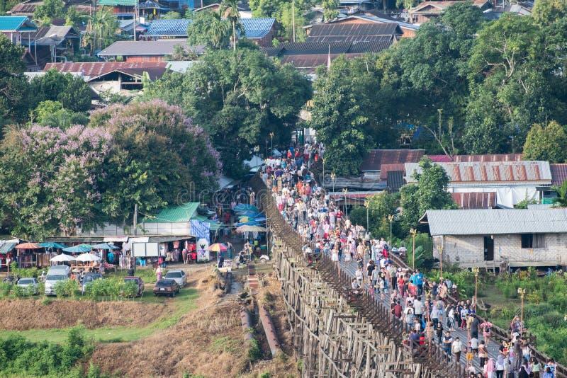 Kanchanaburi, Thailand - 13 Augustus 2017: De toeristen overbevolken reis op houten monbrug stock afbeeldingen