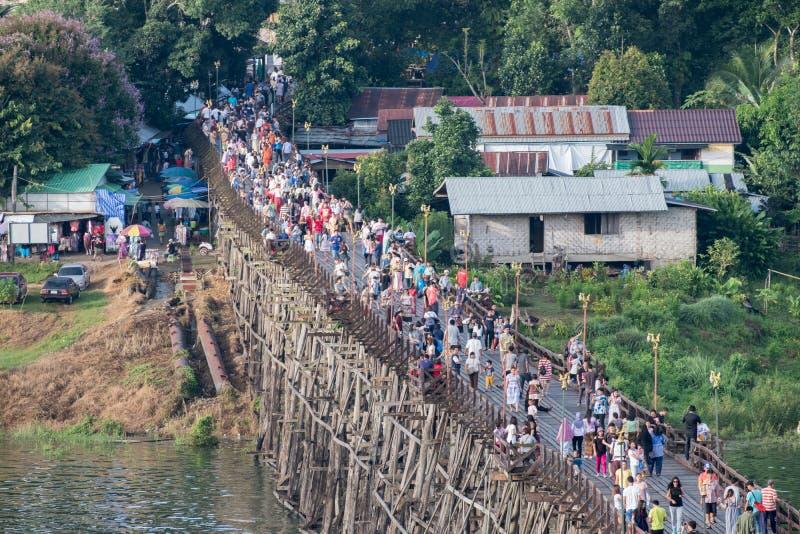 Kanchanaburi, Thailand - 13 Augustus 2017: De toeristen overbevolken reis op houten monbrug stock fotografie