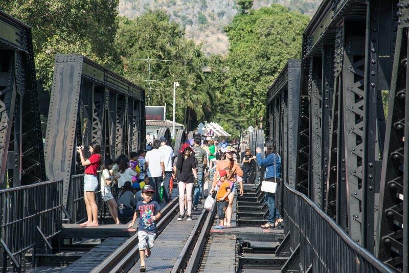 KANCHANABURI, THAILAND - 12. DEZEMBER: Die Brücke über dem Fluss Kwai mit Touristen auf ihm in der Stadt von Kanchanaburi, Thaila stockfotografie