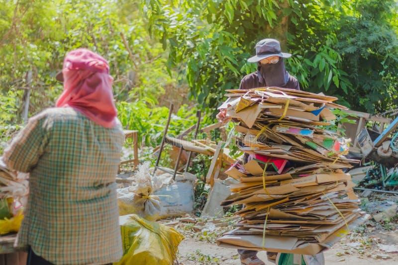 KANCHANABURI, THAILAND - 13. FEBRUAR 2018: Nicht identifizierte Kramkäufer sortieren Abfall, dem nicht für die richtige Wiederver stockfotos