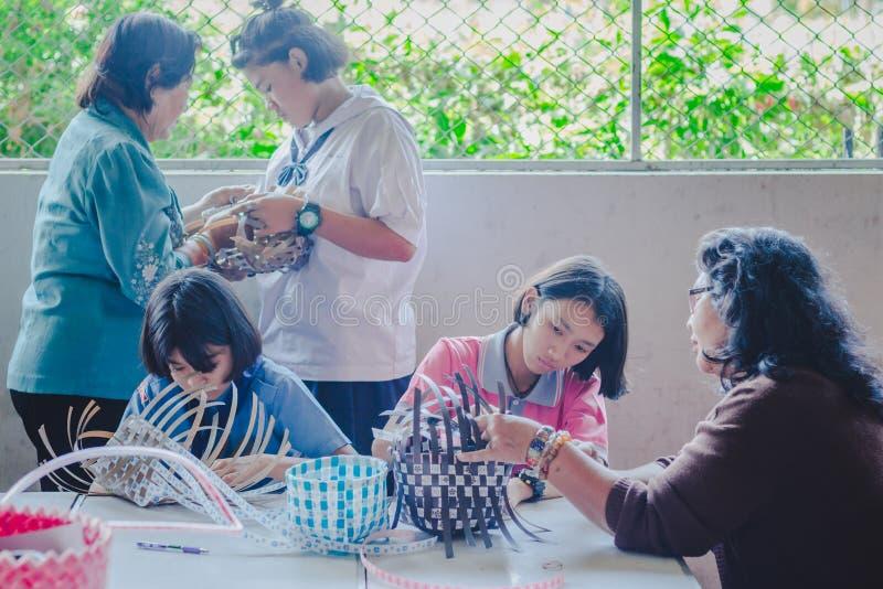 KANCHANABURI THAILAND - 21. FEBRUAR: Nicht identifiziertes lokales instruc lizenzfreie stockfotografie