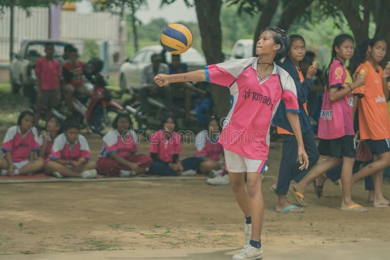 KANCHANABURI THAILAND - JULI 18: Niet geïdentificeerde vrouwelijke studenten royalty-vrije stock afbeelding