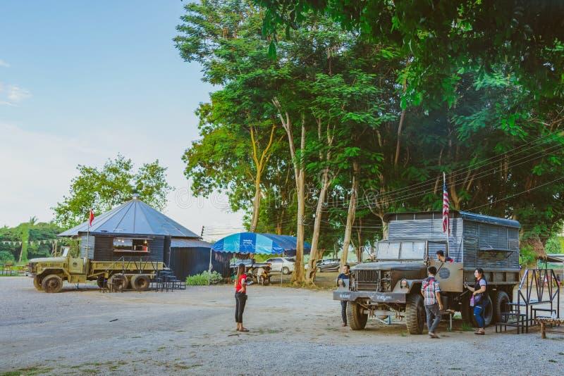 KANCHANABURI THAILAND-JULY 16,2019: Niezidentyfikowani turyści przychodzący odwiedzać obrazki i brać przy wojny światowej ll most obrazy royalty free