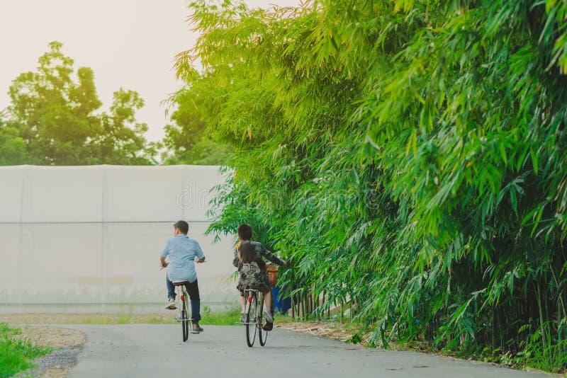 KANCHANABURI THAILAND - OKTOBER 28: Oidentifierade lyckaungar rider cykeln för övning på Oktober 28,2018 på modernt organiskt arkivfoton