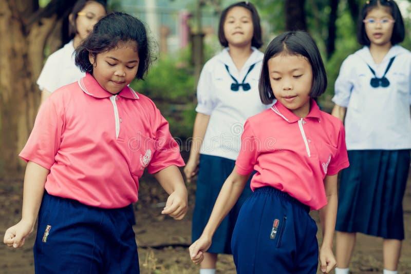 KANCHANABURI THAILAND - OKTOBER 5: Oidentifierade studenter och f royaltyfri fotografi
