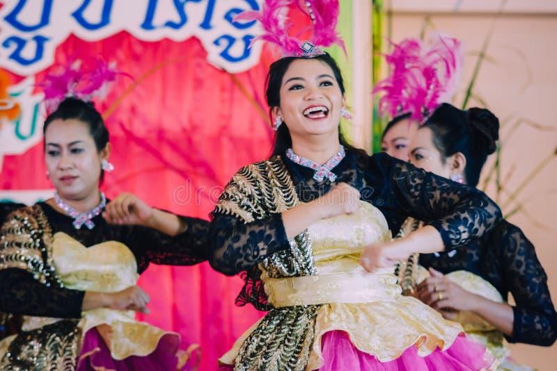 KANCHANABURI THAILAND - SEPTEMBER 28: Unidentiffied kvinnligte royaltyfri foto