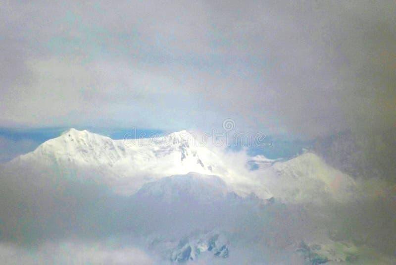 Kanchenjunga壮观的被雪复盖的看法的特写镜头射击  免版税库存图片