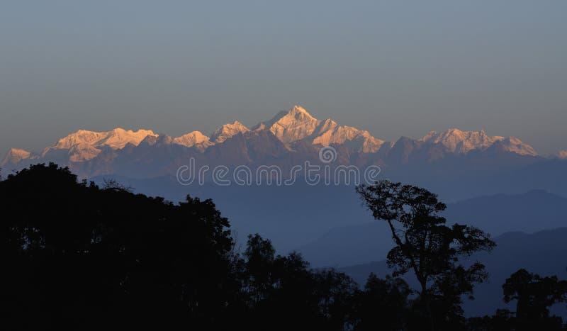 Kanchenjunga bergskedja - som är solbelyst i morgonen, Sikkim royaltyfri bild