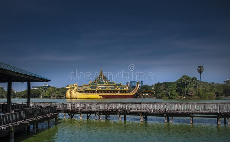 Kandawgyi sjö, förr kunglig sjö, Yangon, Myanmar fotografering för bildbyråer