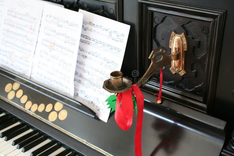 Kandelaar op een oude piano stock afbeelding
