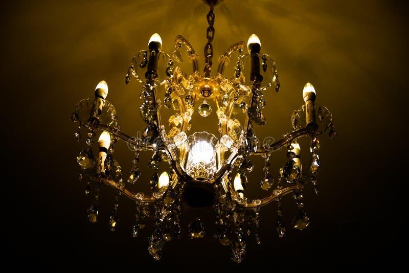 Kandelaber med brusandekristallen, lyster med skinande exponeringsglas royaltyfria foton