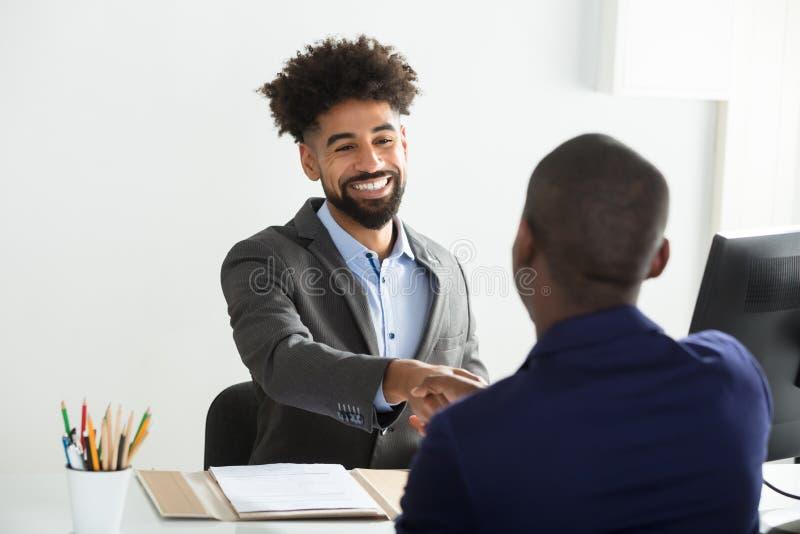 Kandidat för affärsmanShaking Hand With man arkivfoto