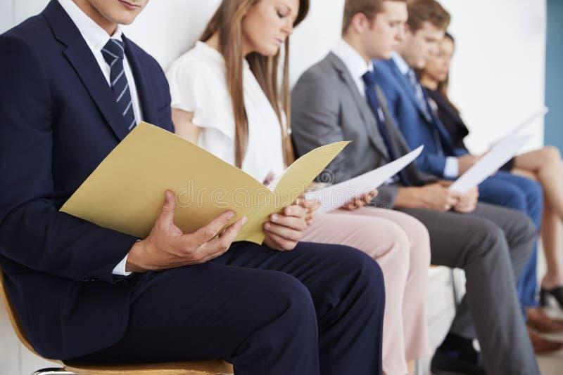 Kandidaten die op baangesprekken wachten, medio sectie stock afbeelding