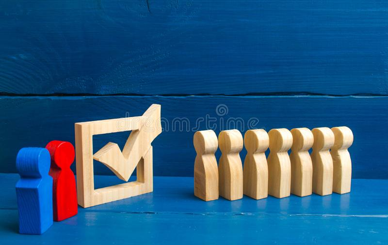 Kandidater för valen välkomnar väljarna Konkurrenskraftig ansträngning, politisk debatt Lopp i val, upphetsningföretag arkivfoto