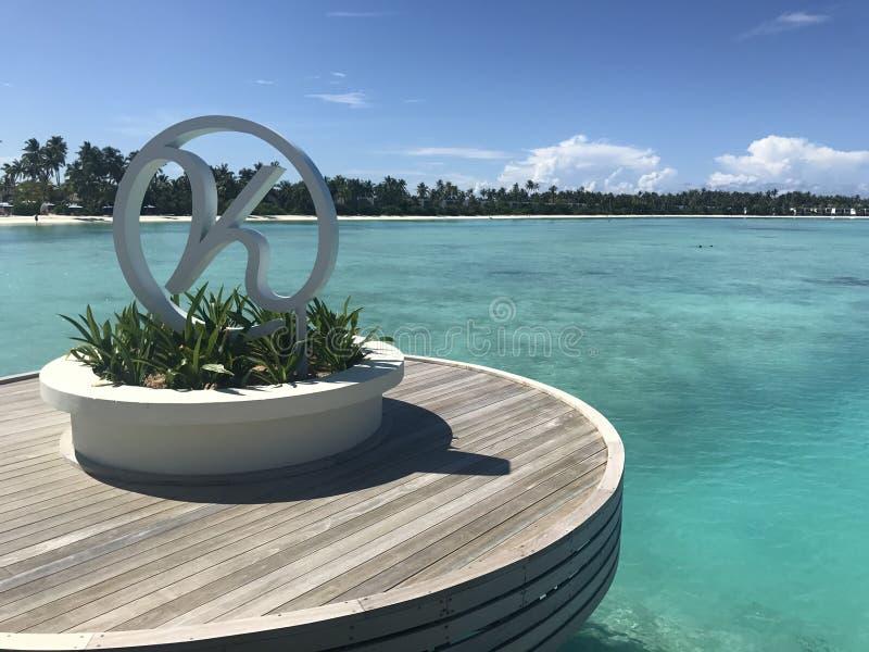 Kandimahotel de Maldiven - pier met embleem stock afbeeldingen