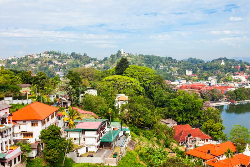 Kandy湖和城市 库存照片