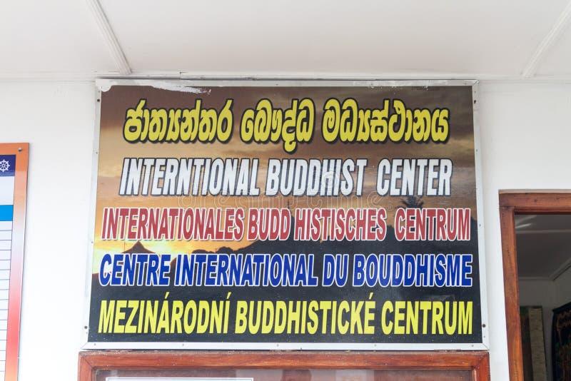 KANDY, SRI LANKA - 19 DE JULIO DE 2016: Muestra de centro budista internacional descrita en varias idiomas en Bahiravokanda fotografía de archivo