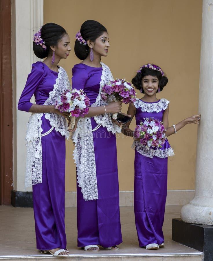 Kandy, Sri Lanka - 09-03-24 - due aspettare della ragazza e delle donne le coppie di nozze immagine stock