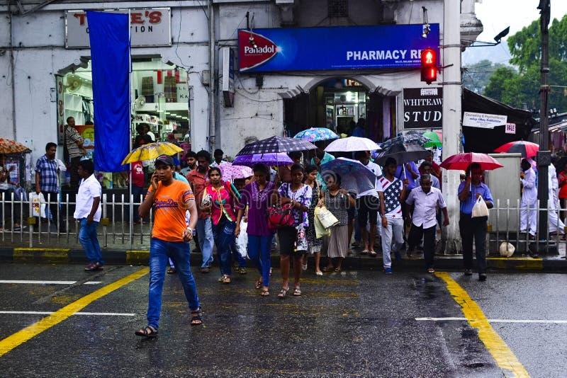 Kandy Sri Lanka: Folk som korsar gångaren arkivbild