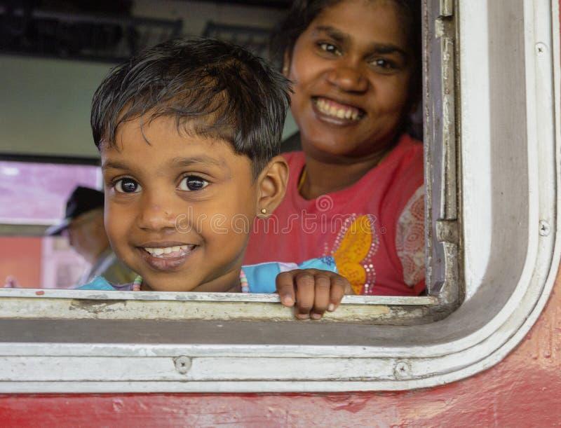 Kandy, Sri Lanka - 09-03-24 - Mutter und Kinderblick aus Zug-Fenster heraus lizenzfreie stockfotos