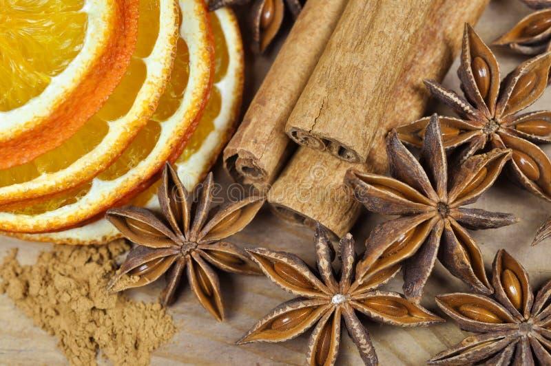 Kaneel, anijsplant en droge sinaasappel royalty-vrije stock foto