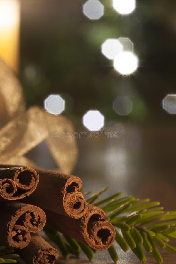 Kaneel en een aangestoken kaars op een houten lijst voor een christm royalty-vrije stock afbeelding