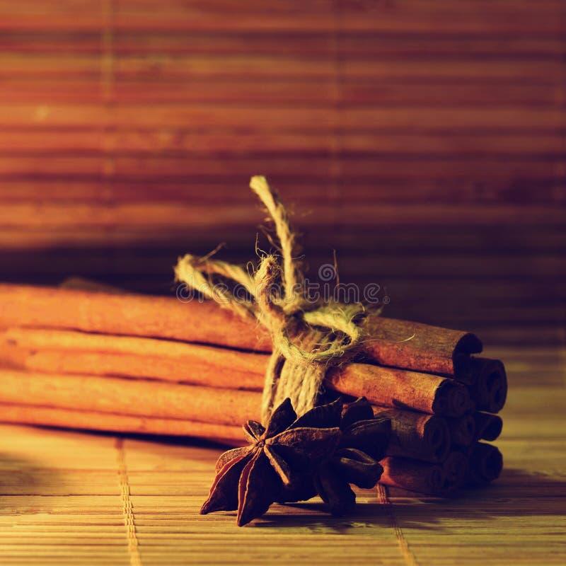 Kaneel en steranijsplant op een houten achtergrond Mooie en geurige kruiden voor Kerstmistijd en de winter het koken seizoen royalty-vrije stock afbeeldingen