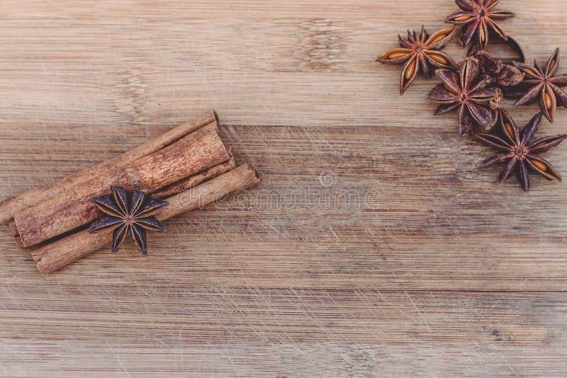 Kaneel en steranijsplant op een houten raad royalty-vrije stock fotografie