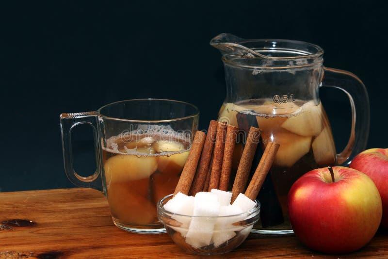 Kaneel, suiker en appelsap stock fotografie